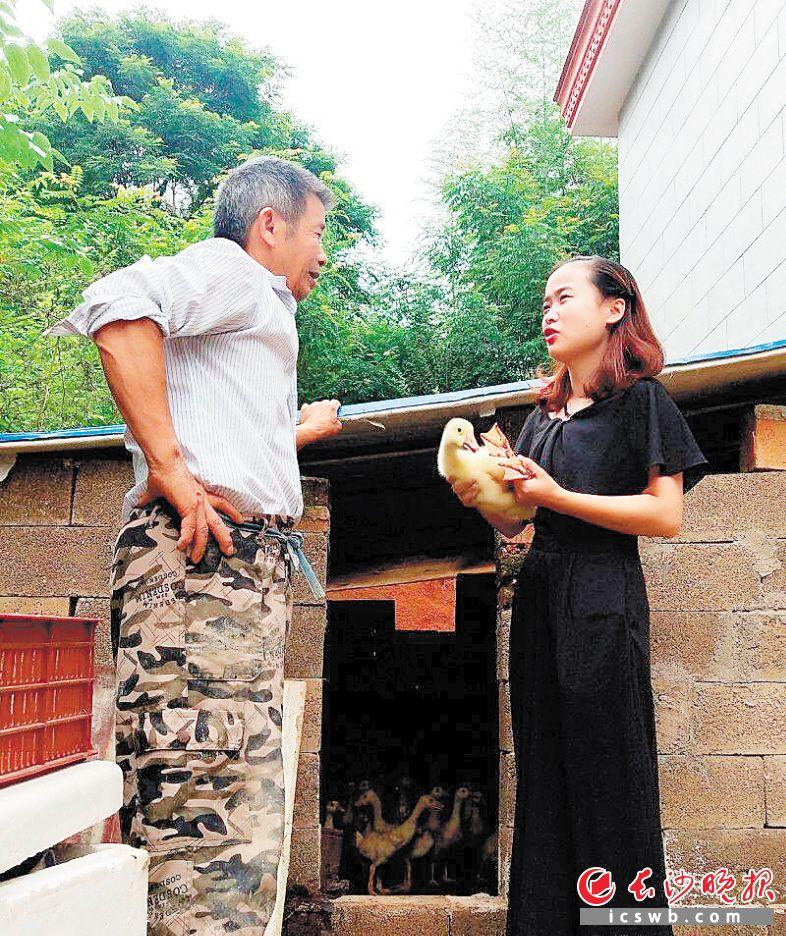 近日,闵鹃鹃(右)来到一户参加鹅养殖项目的贫困户家中,了解其养殖情况。长沙晚报通讯员 谈柳 摄