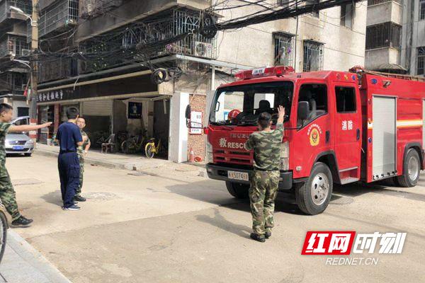 1消防官兵成功在小巷内进行了一次消防演练_副本.jpg
