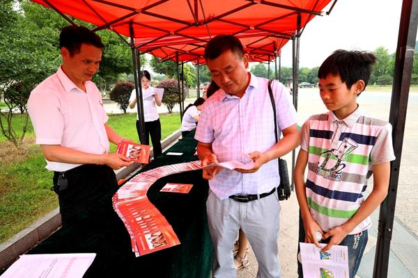 5.活动吸引了众多游客和当地居民前来咨询。.jpg