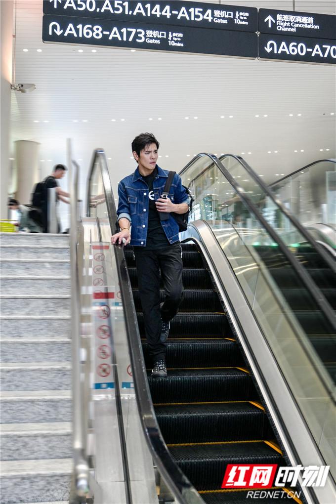 向佐一身牛仔外套搭配黑色T恤简约帅气,展现独特自我的时尚风格。