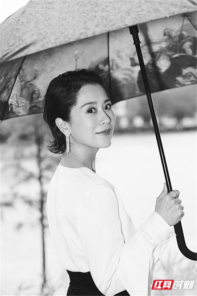 红网时刻6月20日讯(记者 胡弋)6月20日,海清曝光一组写真,她身着白色V领上衣,高腰黑色长裙勾勒出完美身形。