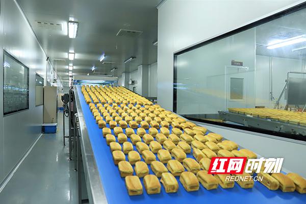 盐津铺子生产线正在作业。111.jpg