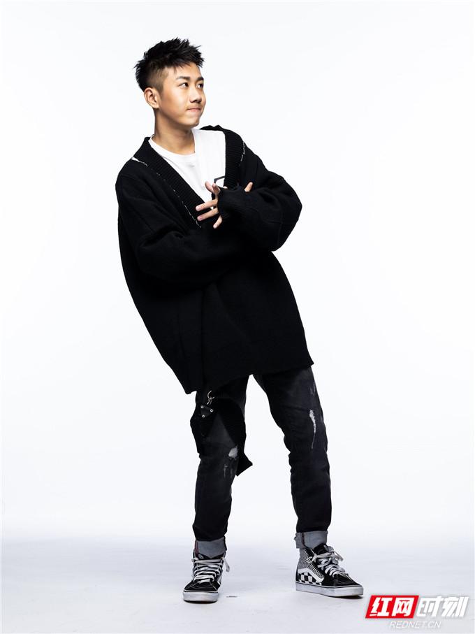 红网时刻6月21日讯(记者 胡弋)6月21日,青年演员姜冠南一组全新个性写真首度曝光,表现力十足。