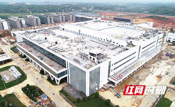 4月30日,由中建五局三公司承建的湖南省面积最大的电子类厂房——长沙智能终端产业双创孵化基地(一期)工程施工项目生产厂房及动力站顺利通过竣工预验收,完成交付。 (4).jpg