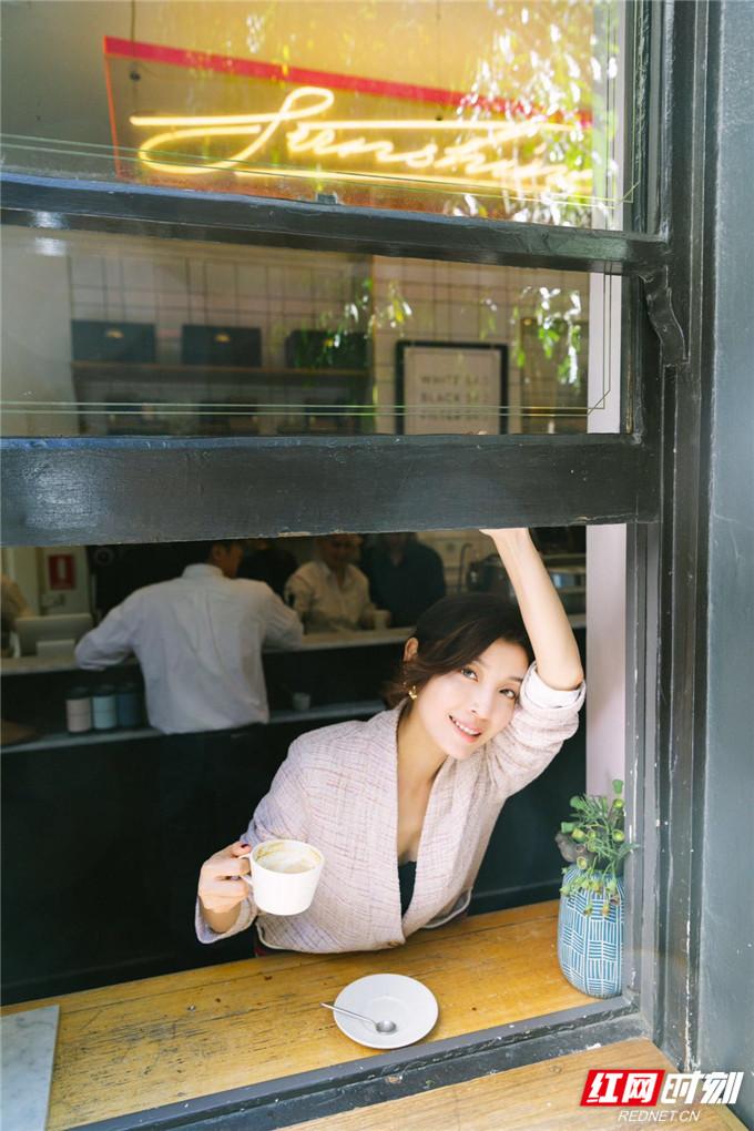 """手拿咖啡或甜品的她,脸上洋溢着幸福笑容,惬意享受着悠闲的下午时光,尽显""""慢生活""""的闲适与美好。"""