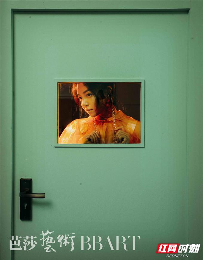 红网时刻6月24日讯(记者 胡弋)6月24日,陈妍希被特别邀请出镜拍摄一组大片,以超现实主义的方式对艺术态度进行视觉呈现,在丰富的层次和构图中,用情绪和肢体完成对于自我精神空间的审视。