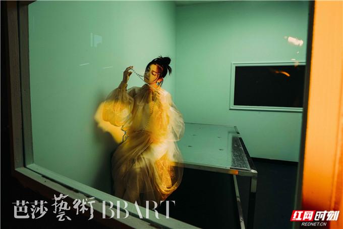在绿色的密闭空间内,人、物以及光感搭配奇幻,陈妍希淡妆出镜,肢体和情绪都诠释得十分到位,将观者完完全全带入到艺术家想要表达的意境氛围内。