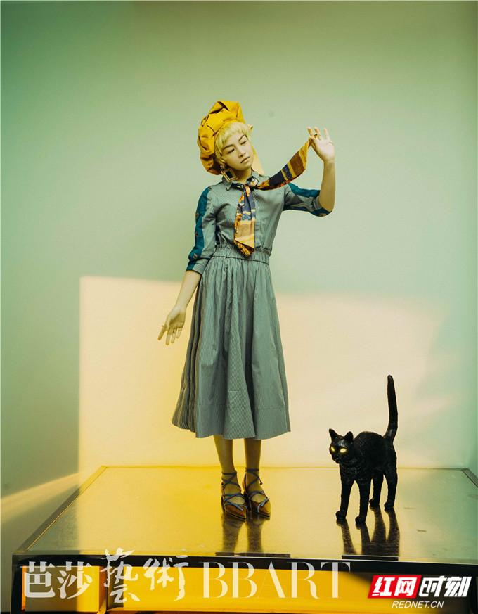 """陈妍希在大片中尝试金色超短发的""""男仔头""""造型,配上复古感的贝雷帽,宛如油画中走来的精灵少年。"""
