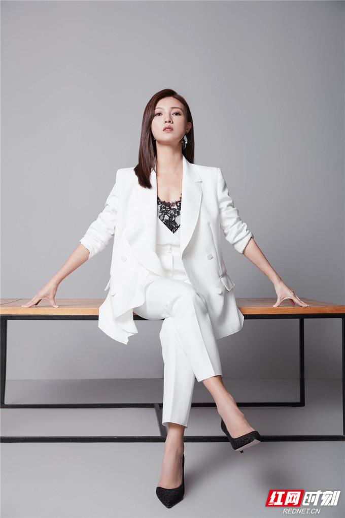 红网时刻6月26日讯(记者 胡弋)6月26日,演员傅晶发布一组最新写真。