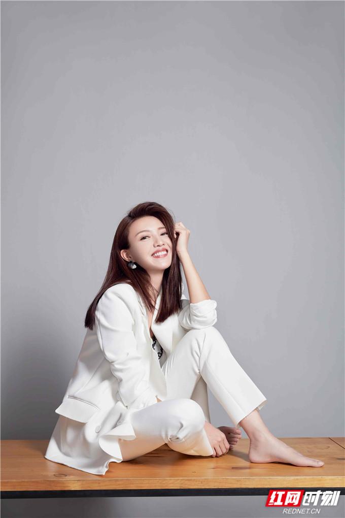 精致妆容与明朗笑容搭配质感十足的西装穿出了应季的清爽与温柔。
