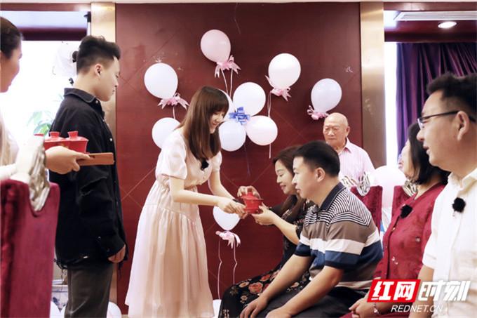 在敬茶环节,这对年轻夫妇正式改口,收下了对方父母丰厚的大红包。