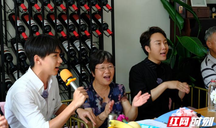 《忘不了餐厅》张元坤搭档李玉刚为奶奶伴唱