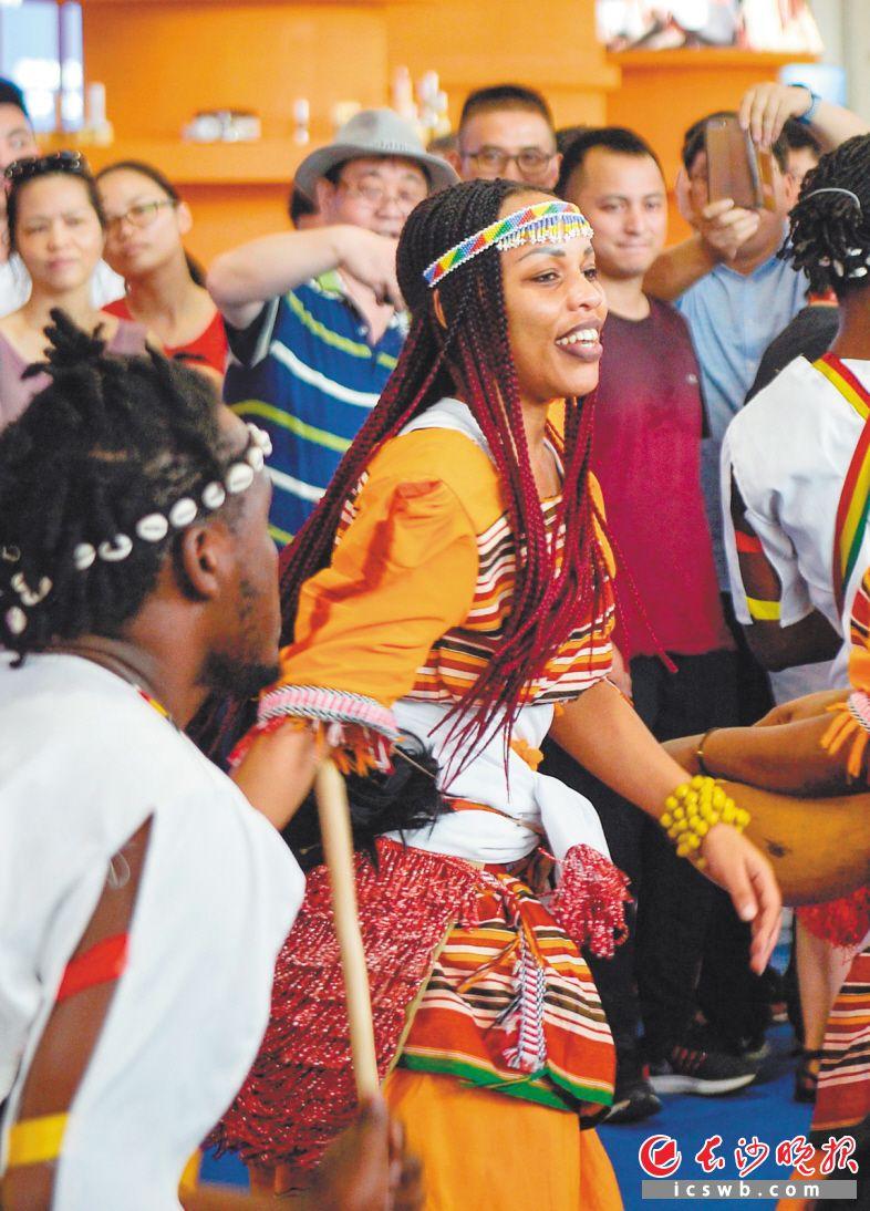 乌干达姑娘热情地跳着舞蹈,脸上露出了开心的笑容。长沙晚报全媒体记者 邹麟 摄