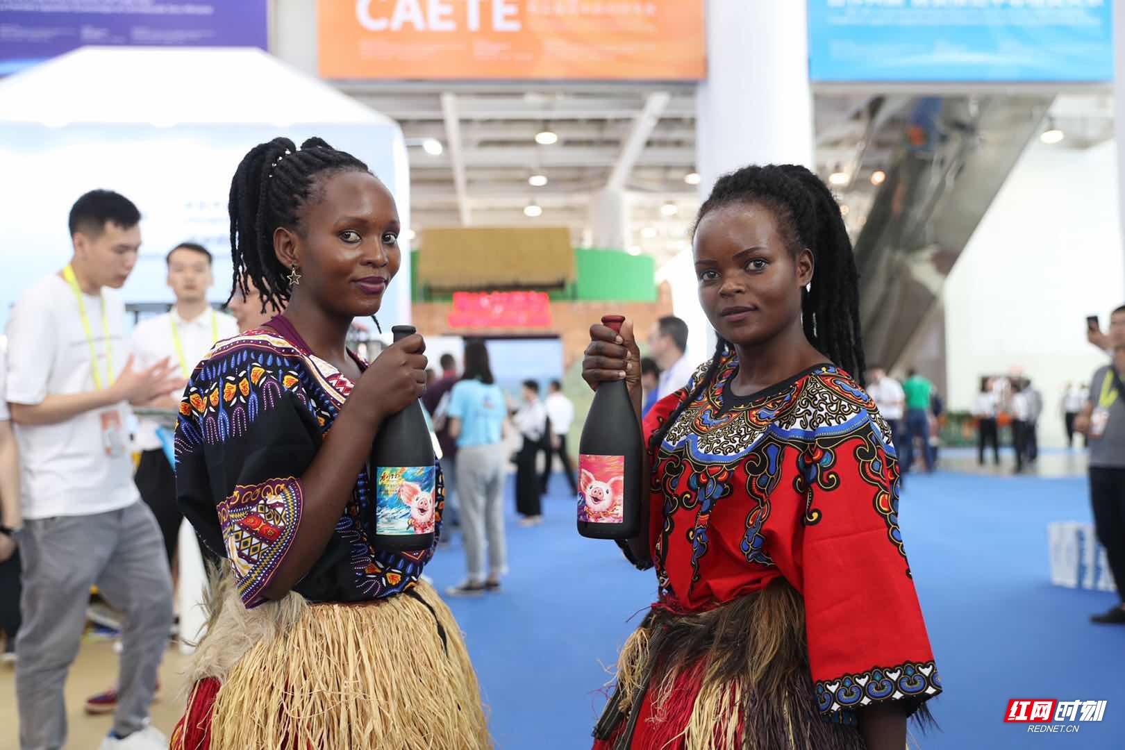 """中非博览""""购""""什么:鲜花、牛肉、非洲鼓,买买买!"""