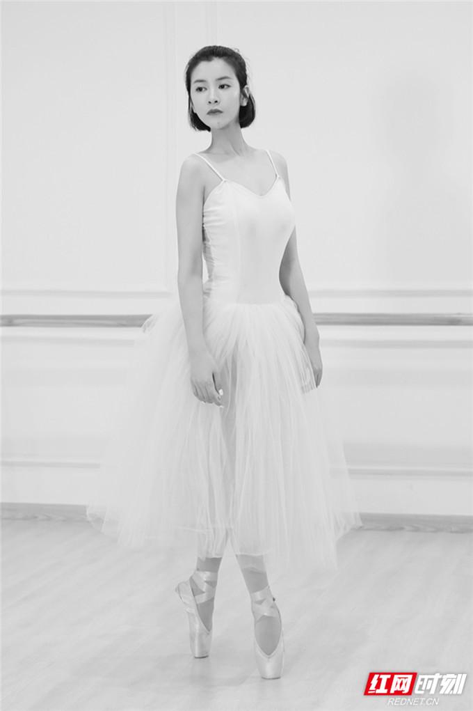 红网时刻7月1日讯(记者 胡弋)7月1日,演员苏小妹一组舞蹈写真照曝光,照片中的她身穿白色和黑色芭蕾舞裙,展现优美的线条和完美的身材,流露出优雅迷人的女神气质。