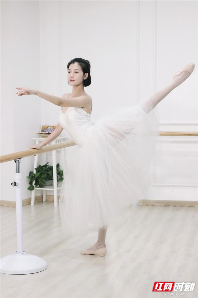 苏小妹从儿时就开始学习芭蕾舞,而后顺利考上了沈阳音乐学院本科舞蹈专业,并获得过许多奖项。