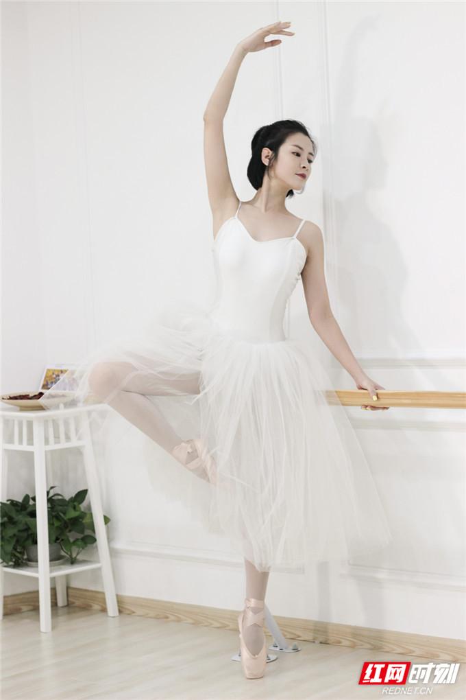 7月1日,演员苏小妹一组舞蹈写真照曝光。