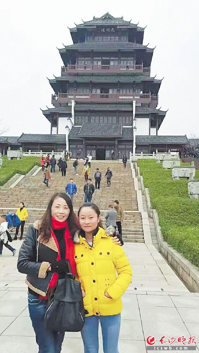 杨晓玲(左)和杨小琳。 受访者供图