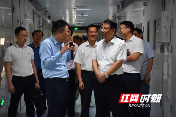 调研组一行参观永州华为云计算数据中心项目。.jpg