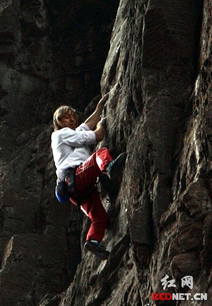 蜘蛛人攀越天门洞岩壁上的精灵