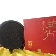 """""""白沙溪生肖工艺饼""""为一款个性产品,含有十二生肖,采用安化黑毛茶为原料,色泽乌黑油润,陈香凸显。"""