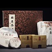 《非遗茶韵》黑茶套装收录了由中国黑茶标志性品牌--湖南省白沙溪茶厂2011年生产的千两茶、百两茶、茯豪茯茶、云尖和天茯茶五个品种。