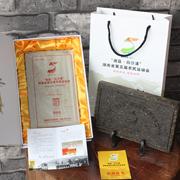 """""""湖南省第五届农民运动会纪念黑砖茶""""采用高等级安化黑毛茶为原料,以传统制茶工艺结合现代设备精制而成,色泽乌黑油亮,茶香纯正、口感甘醇,是品饮、珍藏、馈赠皆宜的上佳茶品。"""