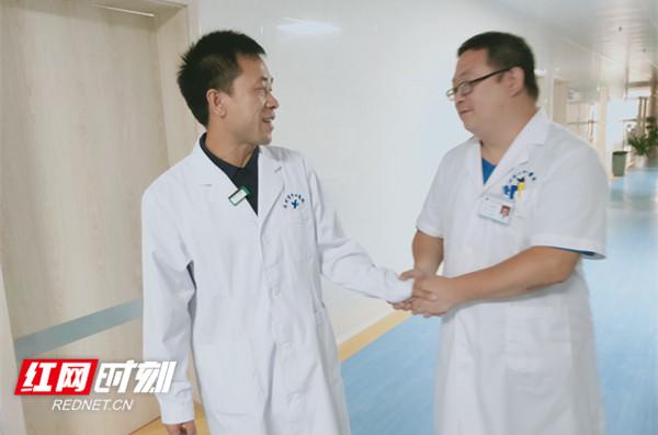 回到医院,同事们热情地向蒋宏坤打招呼_副本.jpg