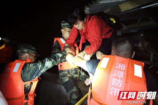 """武警""""迷彩橄榄绿"""":武警湘潭支队官兵抵达醴陵后连夜展开救援行动。"""