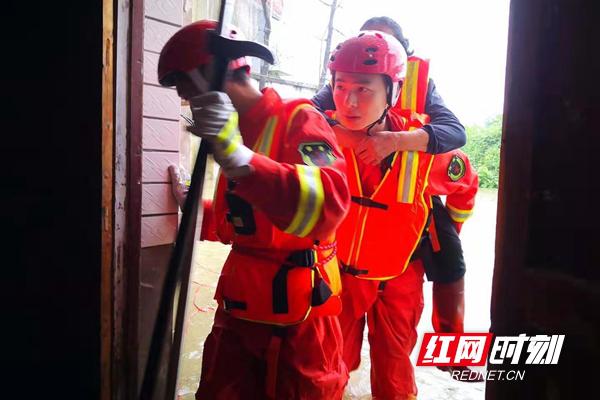 """消防""""队员橙"""":孕妇老人等七人被洪水围困 双清区消防迅速救援现场。"""