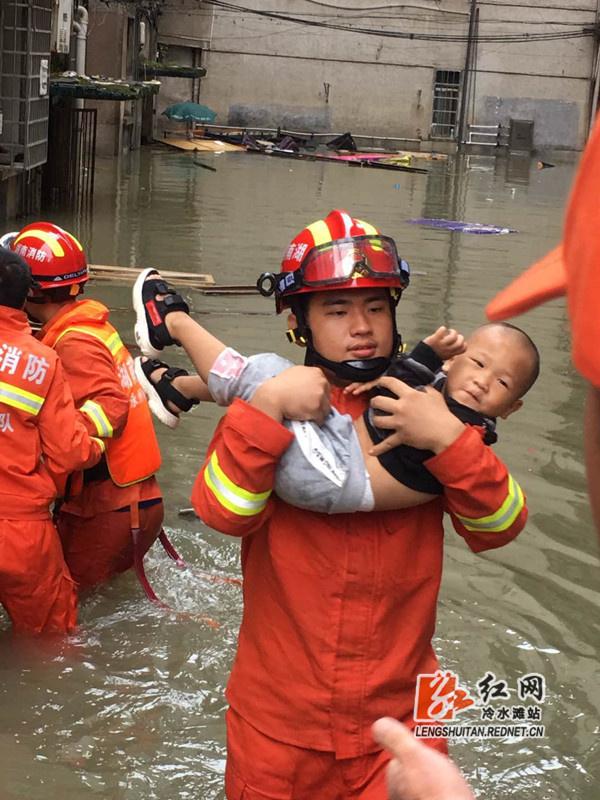 """消防""""队员橙"""":冷水滩连夜紧急转移群众400多人"""