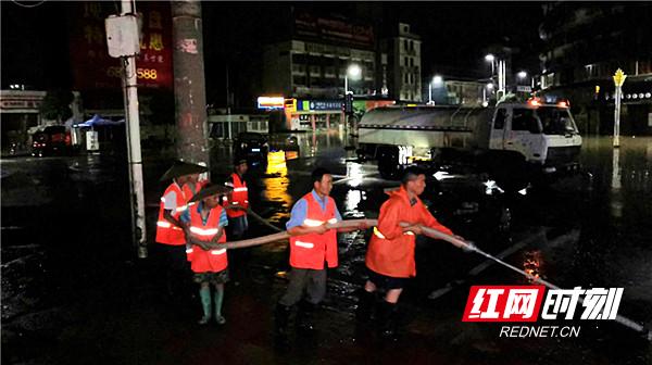 环卫工人冲洗街道、路面.jpg