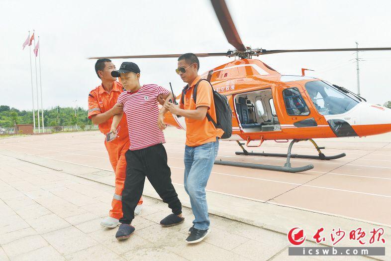 在受灾严重的衡东县新塘镇潭泊村,患有尿毒症的陈女士被洪水围困多时,急需前往医院进行透析治疗,昨日乘坐直升机被成功转运。长沙晚报通讯员 张鹏 摄