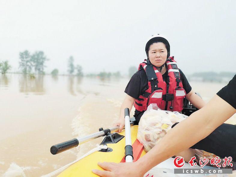 女操舟手王奥在救援中。  受访者供图