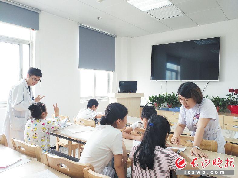 医护人员正在辅导孩子。长沙晚报通讯员刘小白摄