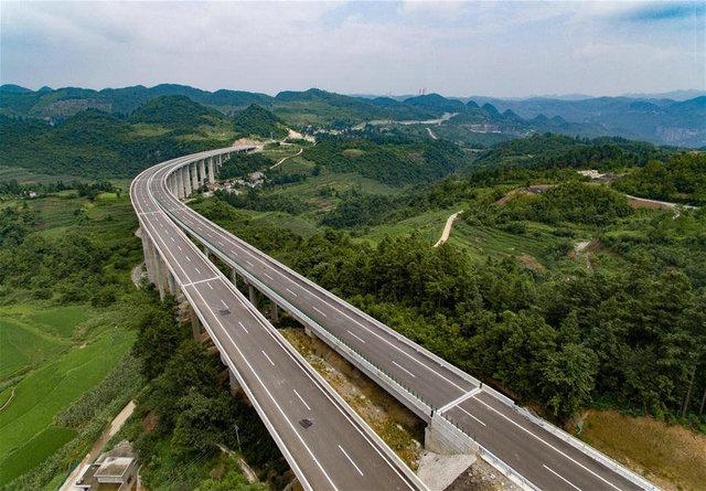 贵州毕节市境内贵黔高速一段高架桥路段(2016年7月16日摄)。