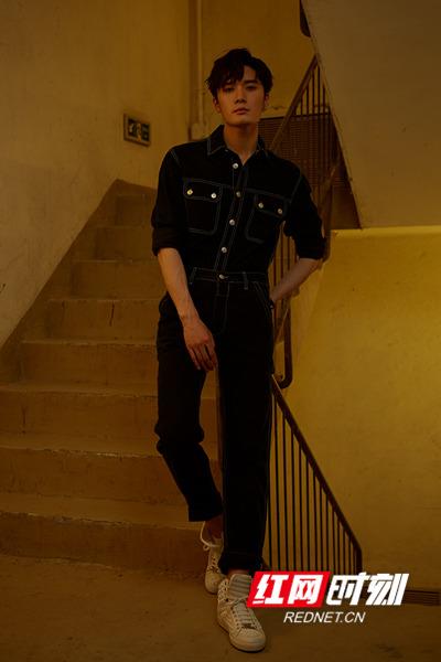 刘海宽的大长腿格外吸睛,宛如从漫画中走出的翩翩公子。