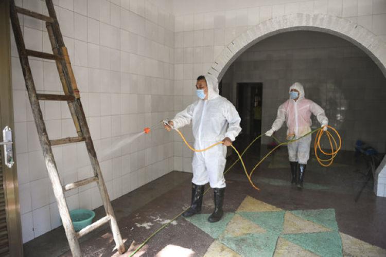 7月16日,在祁阳县龙山街道龙山社区,疾控中心医务人员对社区进行防疫消毒。