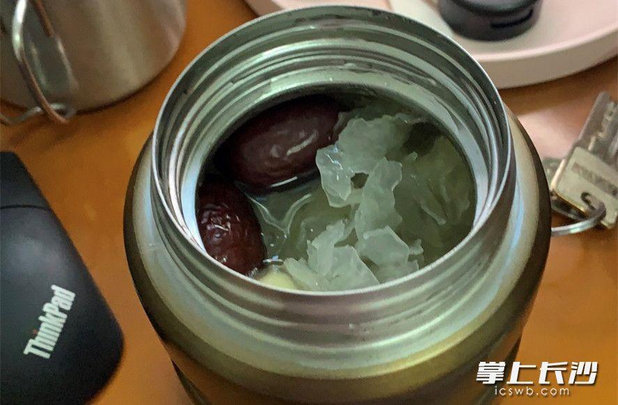 队友李书萍将背了万里路来的银耳、莲子、红枣做成羹送给我喝。