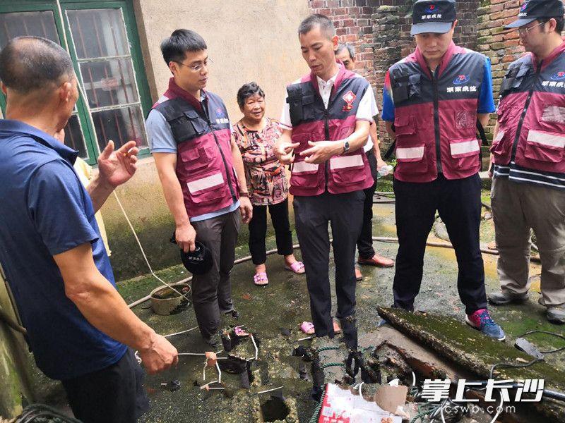 省疾控中心专家在株洲醴陵现场指导汛期卫生防病工作。由省疾控中心供图