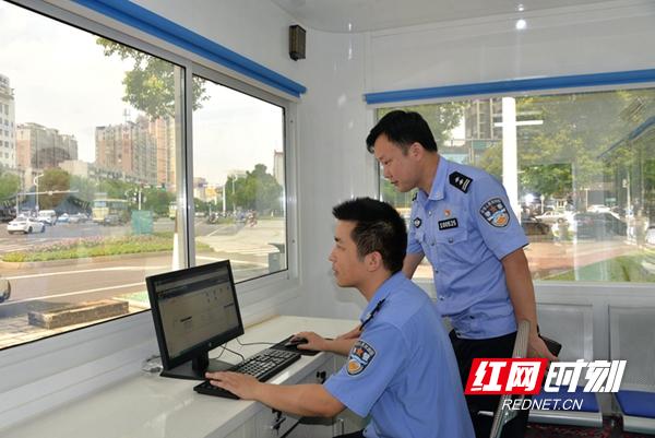 图六:新便民警务岗亭可以查询、处理简易交通违法.JPG