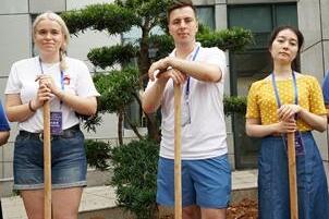 中俄青年欢聚一堂 同植友谊树、共唱一首歌