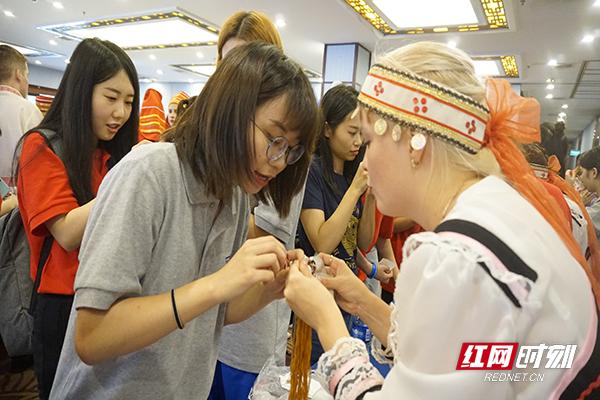 俄罗斯姑娘教中国姑娘做木偶娃娃副本.jpg