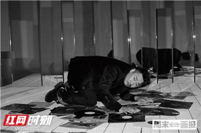 """王景春是观众心目中的""""老熟脸"""",自1998年出演电视剧《生死之门》步入演艺圈至今,他一直从生活中感知""""戏""""的真谛,认真感悟着每一部戏、每一个角色身上所独有的人性。"""