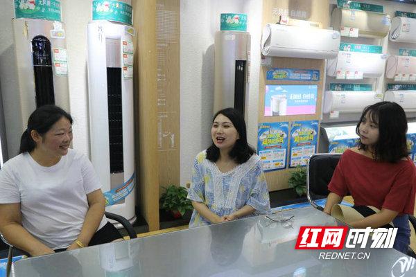 县妇联工作人员到戴建丽(左)工作的单位慰问她.jpg