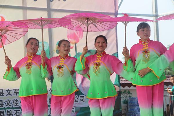 由锦石乡旗袍爱好者带来的《古韵荷花情·风采旗袍秀》节目拉开了活动序幕。