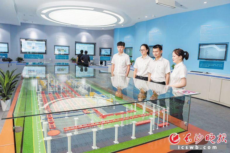 湖南工业4.0创新中心以数字化双胞胎技术为核心技术,中心内特意对该技术的特征和应用进行了展示。