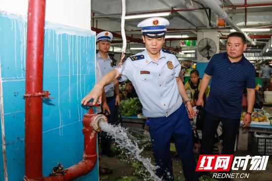 检查消防栓出水情况.jpg