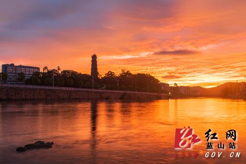 凌晨5点这么早就开始出现这么红的红霞还是第一次,眼前犹如一幅美丽的画卷,吸引了不少出来晨练的人都停下来拍照。
