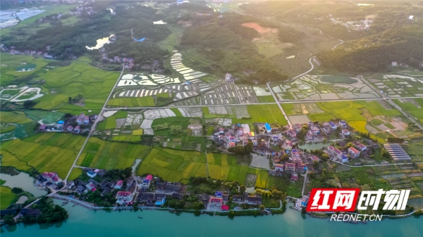 双牌,是位于湖南省西南部、永州市中腹的美丽山水小城。 图为潇水田园 汤国栋/摄。